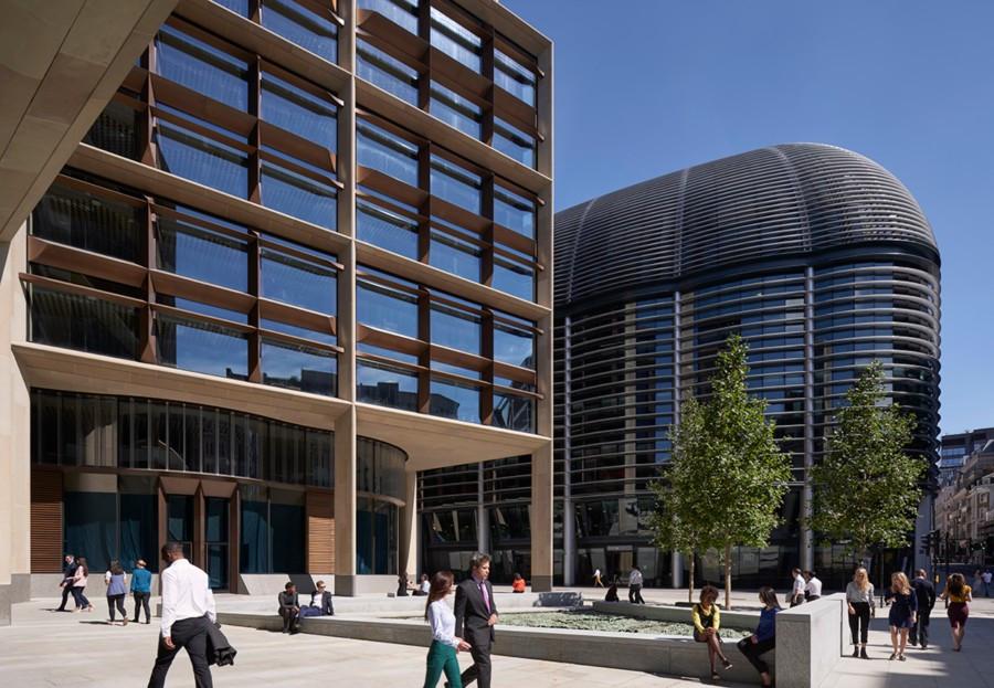 Imagen del exterior del edificio de Bloomberg situado cerca del Banco de Inglaterra, la Catedral de San Pablo y la iglesia de San Esteban de Walbrook en el corazón de Square Mile