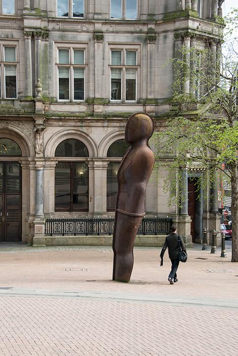 Estatua de hombre de hierro en Victoria Square, Birmingham, Inglaterra, obra del escultor Antony Gormley
