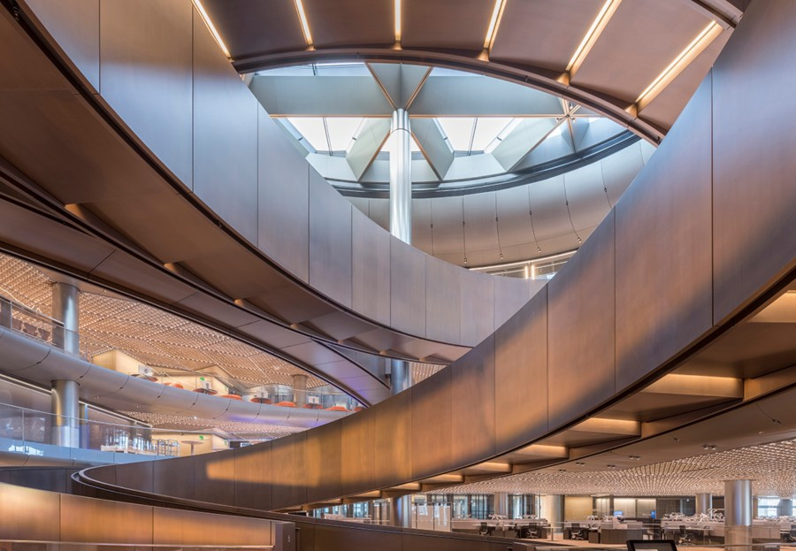 Por encima de la rampa se encuentra una estructura que permite la entrada en el edificio luz natural
