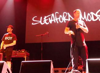 Sleaford Mods es un grupo de música inglés formado en 2007 en Nottingham. Los componentes de la banda son el vocalista y letrista Jason Williamson y el músico Andrew Fearn que se encarga de la programación de las bases rítmicas.