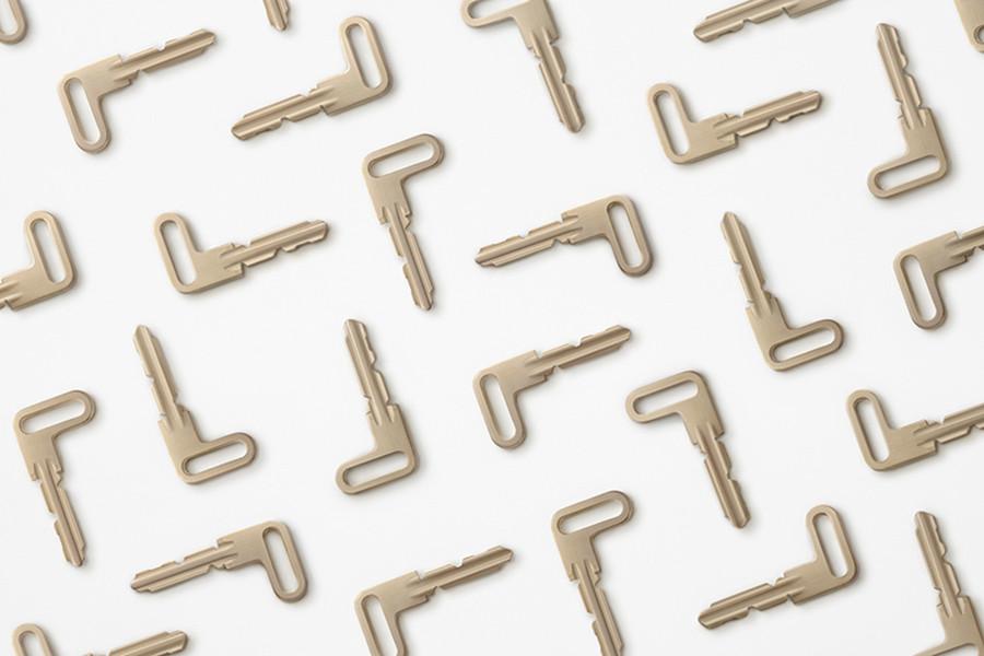 Composición con el diseño de la llave de puerta L-door del estudio de diseño Nendo fundado por el diseñador japonés Oki Sato