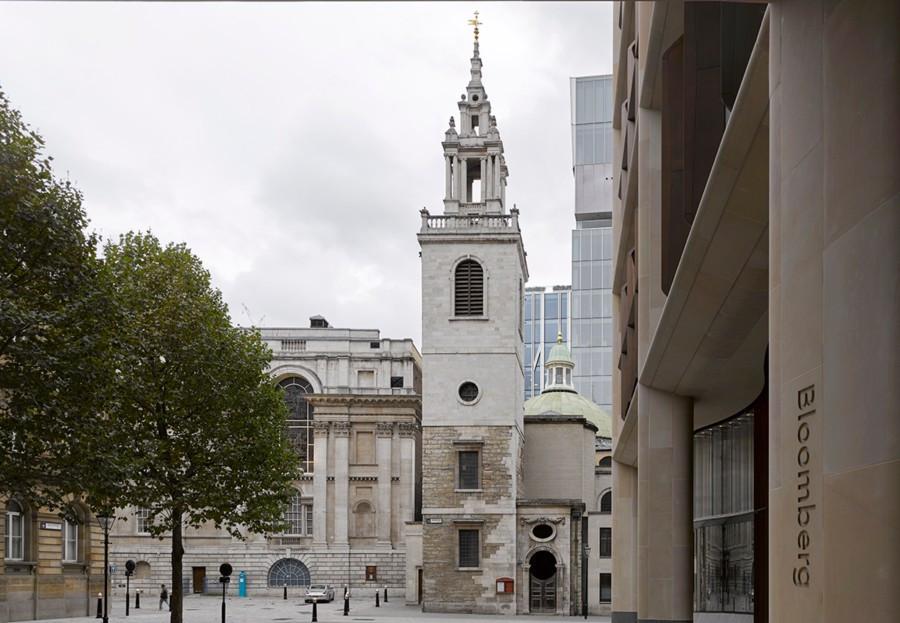 Exterior del edificio con el logotipo de Bloomberg en la fachada implementado de una manera que aporta elegancia y prestigio