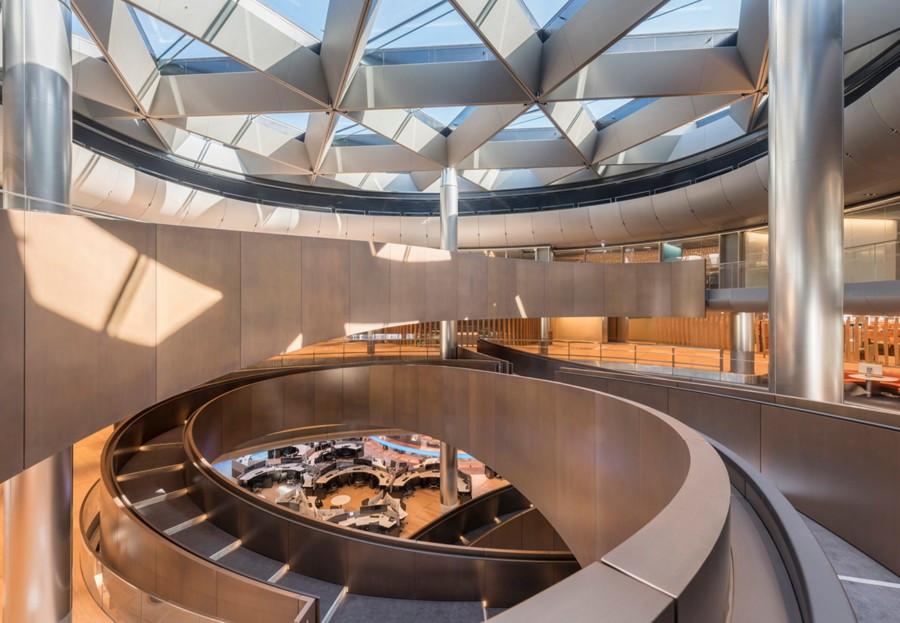 Espectacular la vista del interior del edicifio con la rampa en rotación espiral y la luz natural