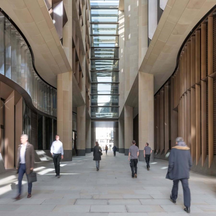 Sede europea de Bloomberg diseñada por el estudio de arquitectura Foster and Partners, galería peatonal Watling Street