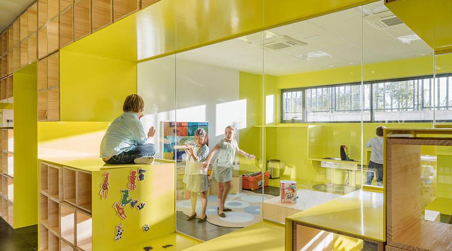 Niños jugando en un aula de la escuela innovadora English For Fun.