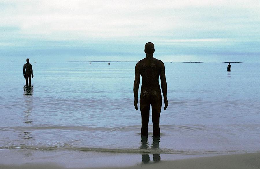 Another Place, instalación artística de Antony Gormley en la playa de Crosby Beach cerca de Liverpool, vista 5