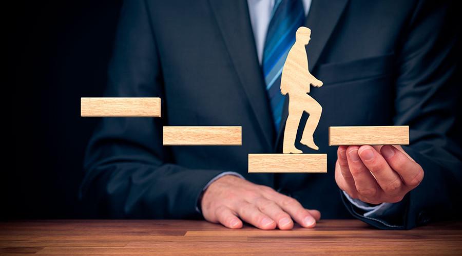Reverse mentoring, tendencia que surge cada vez con más fuerza en el entorno del management, la gestión, la eficiencia de las empresas y los recursos humanos.