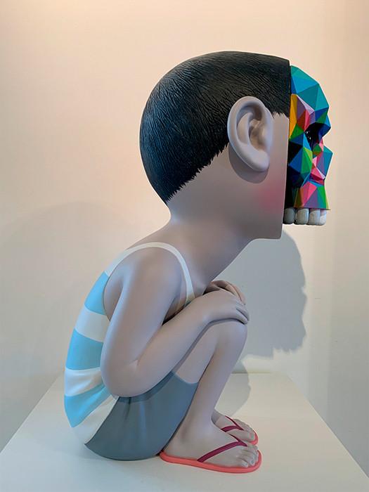 Obra de Okuda San Miguel Bad Dream, escultura en cerámica y fibra de vidrio, vista 1