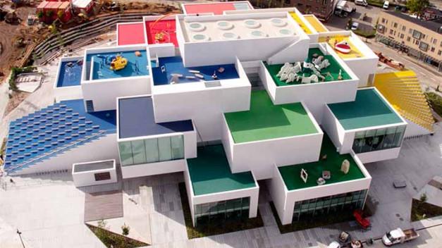 La Casa de Lego (Lego House), centro educativo y de actividades. El edificio fue diseñado por el arquitecto danés Bjarke Ingels y su firma BIG (Bjarke Ingels Group).