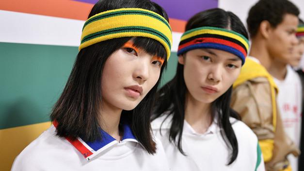 La marca china Li-Ning presenta su colección primavera verano 2020 de ropa deportiva inspirada en el ping-pong, deporte nacional en China.