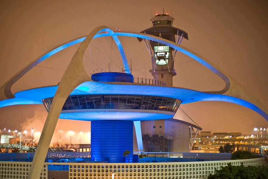 El edificio Theme building de estilo Googie situado en el aeropuerto internacional de Los Angeles LAX