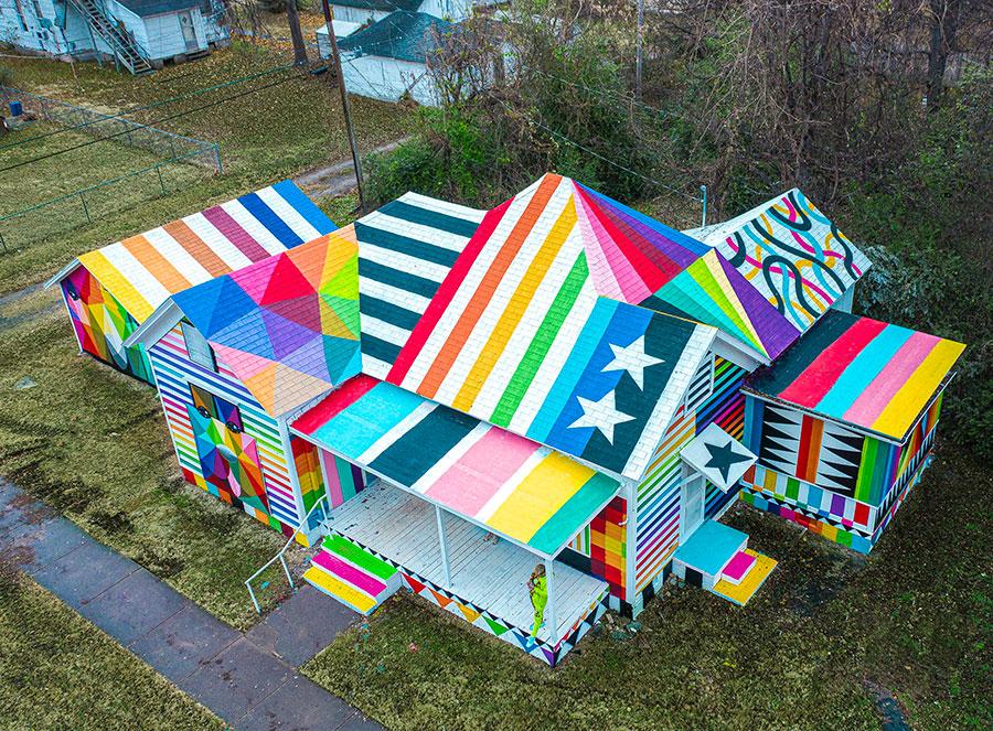 The Rainbow Embassy obra del artista Okuda San Miguel en Arkansas, año 2019