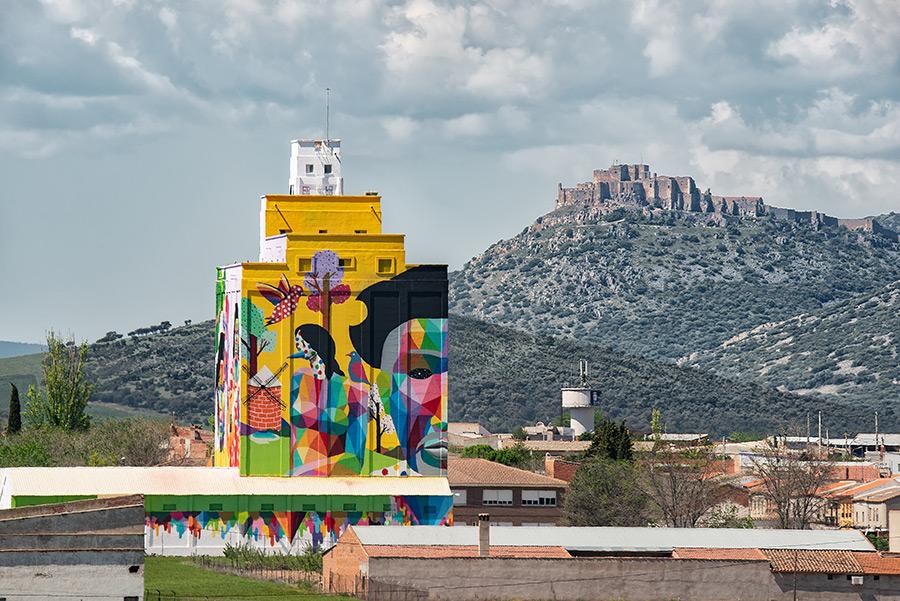 Titanes, obra de Okuda San Miguel realizada en La Mancha, en Calzada de Calatrava en el año 2019