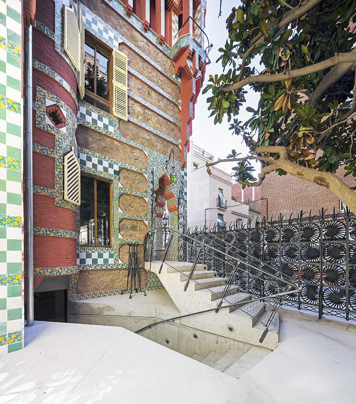 Escalera de entrada a la Casa Vicens realizada por el arquitecto catalán Antonio Gaudí en Barcelona