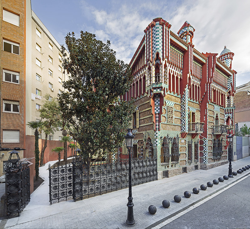 Imagen exterior y entorno de la Casa Vicens realizada por el arquitecto catalán Antonio Gaudí en Barcelona