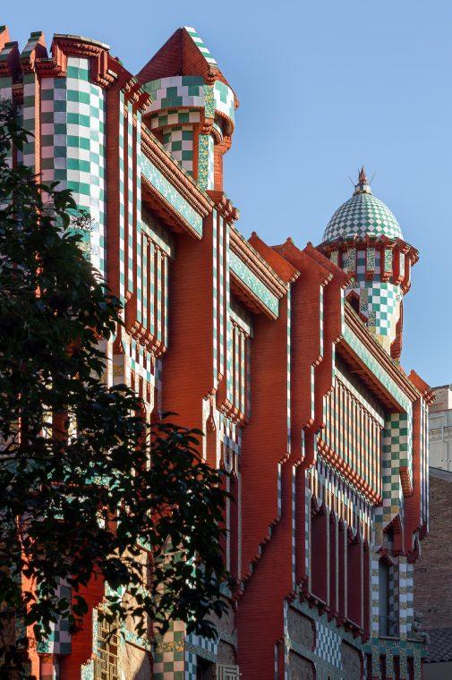 Visa del exterior de la Casa Vicens realizad por el arquitecto catalán Antonio Gaudí en Barcelona