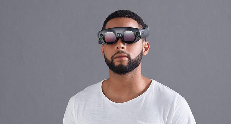 Una persona con las gafas de Magic Leap puestas.