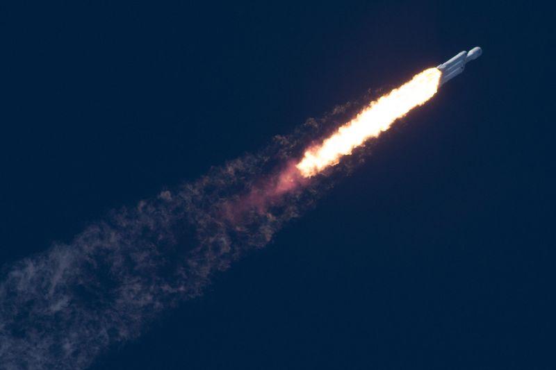 El cohete Falcon Heavy despegando.
