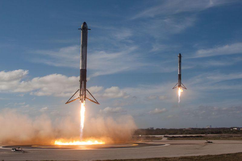 Los cohetes propulsores del Falcon Heavy aterrizando