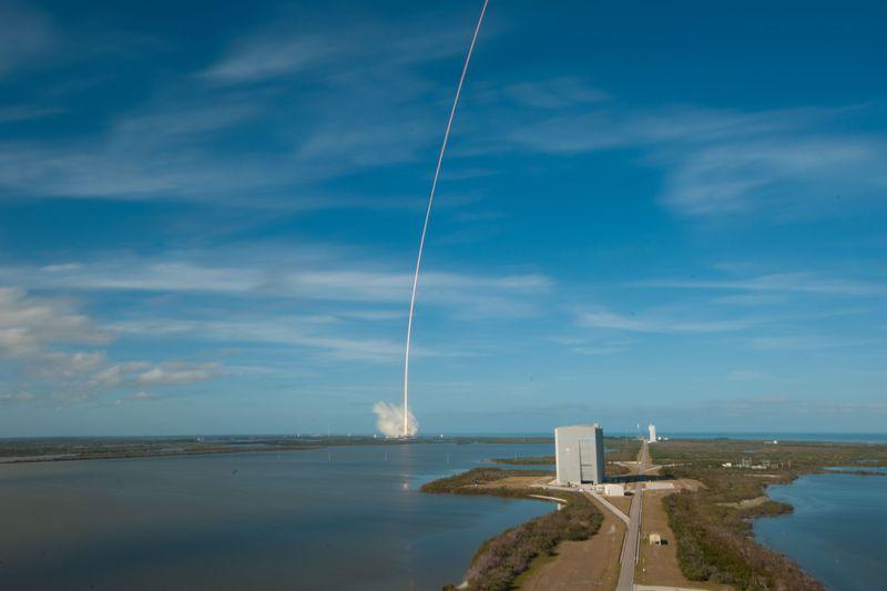 El cohete central del Falcon Heavy aterriza en el océano Atlántico en un plataforma marina.