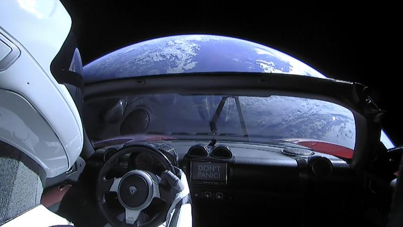 Vista de la Tierra desde el coche Telsa en el espacio.