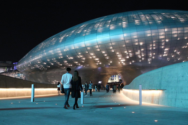 Vista a nivel del suelo de Dongdaemun Design Plaza en Seul, Corea del Sur