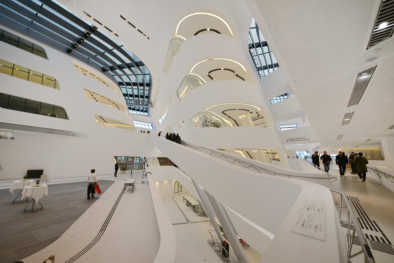 Interior de la biblioteca y Centro de Aprendizaje de la Universidad de Viena en Viena, Austria