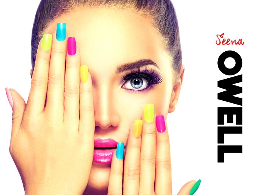 Modelo mostrando las uñas con el pintauñas de Seena Owell