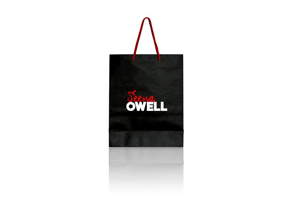 Bolsa de color negro con la marca de cosméticos Seena Owell