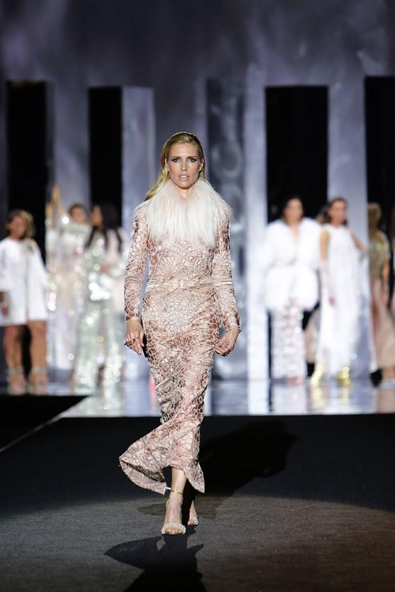 Judit Mascó en el desfile de Juan Duyos de la Mercedes Benz Fashion Week Madrid otoño-invierno 2017-2018 en el que cumplía 20 años en la pasarela.