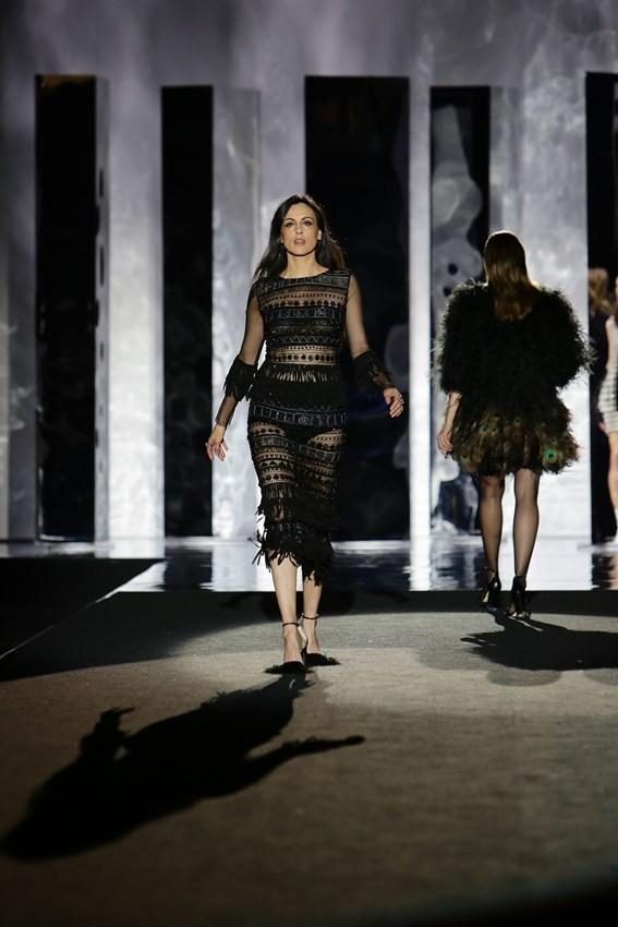 Helena Barquilla con otro diseño de Juan Duyos en el desfile de la Mercedes Benz Fashion Week Madrid otoño-invierno 2017-2018 en el que cumplía 20 años en la pasarela.