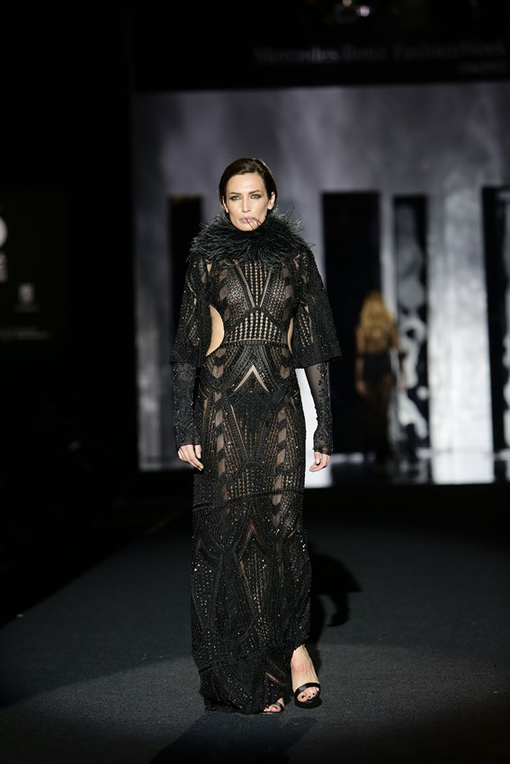 Nieves Álvarez con un diseño de Juan Duyos en el desfile de la Mercedes Benz Fashion Week Madrid otoño-invierno 2017-2018 en el que cumplía 20 años en la pasarela.