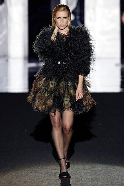 Judit Mascó en la pasarela con un diseño de Juan Duyos en el desfile de la Mercedes Benz Fashion Week Madrid otoño-invierno 2017-2018 en el que cumplía 20 años en la pasarela.