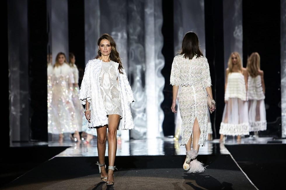 Almudena Fernández en el desfile de Juan Duyos de la Mercedes Benz Fashion Week Madrid otoño-invierno 2017-2018 en el que cumplía 20 años en la pasarela.