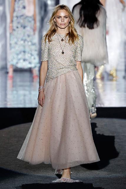 Verónica Blume en el desfile de Juan Duyos de la Mercedes Benz Fashion Week Madrid otoño-invierno 2017-2018 en el que cumplía 20 años en la pasarela.