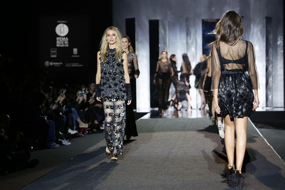 Todas las modelos desfilan en el desfile de Juan Duyos de la Mercedes Benz Fashion Week Madrid