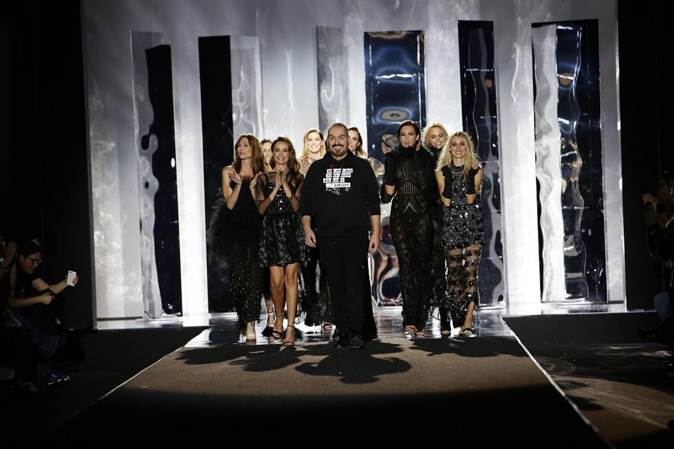Juan Duyos saluda después del desfile de la Mercedes Benz Fashion Week Madrid otoño invierno 17-18