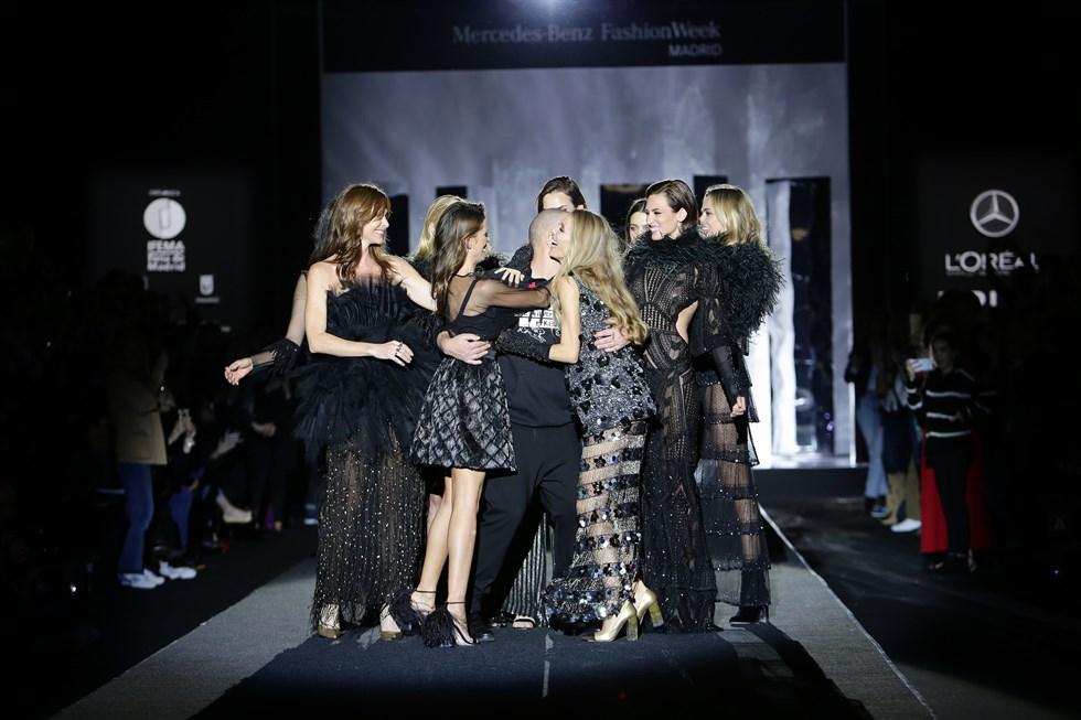 Felicitaciones de las modelos a Juan Duyos después del desfile de la Mercedes Benz Fashion Week Madrid otoño invierno 17-28 por sus 20 años en la pasarela