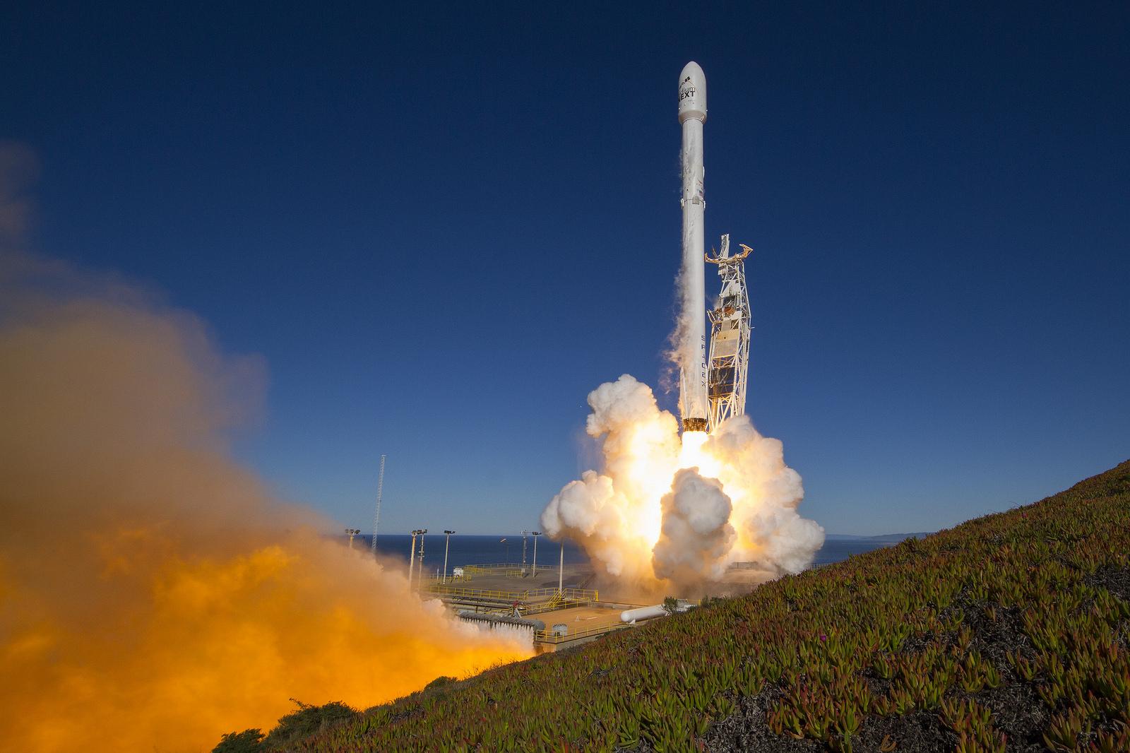 Otra foto del cohete Falcon 9 iniciando el despegue desde la base
