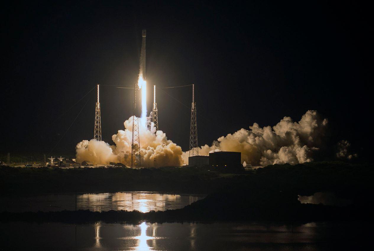 El cohete Falcon 9 en la plataforma de despegue por la noche