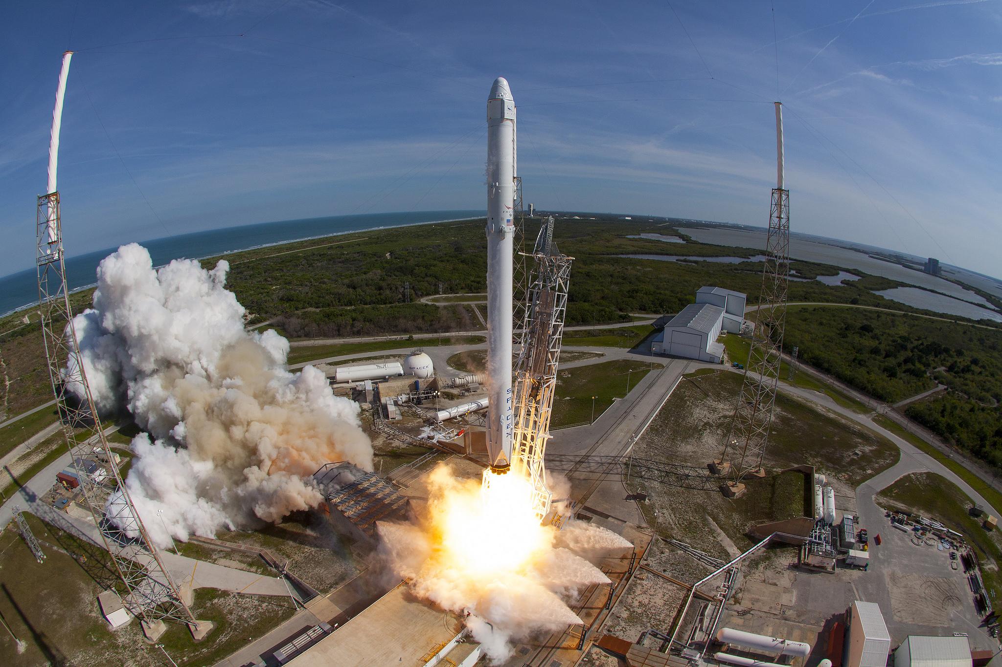 El cohete Falcon 9 empieza a despegar de la base