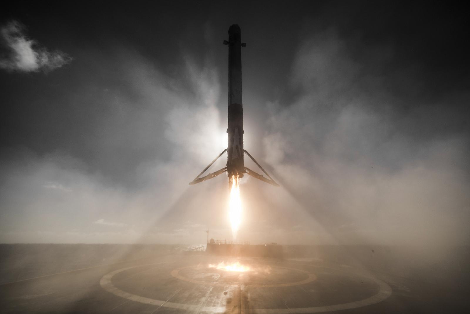 Otra toma del Falcon 9 aterrizando en una plataforma flotante