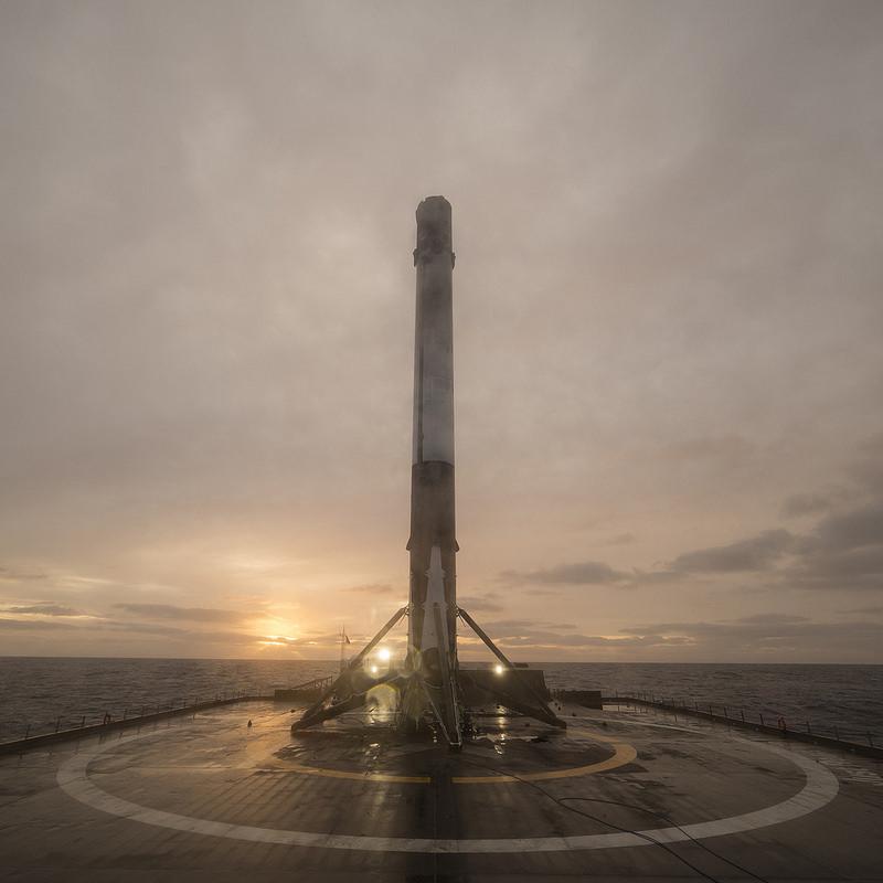 El cohete Falcon 9 en una plataforma flotante