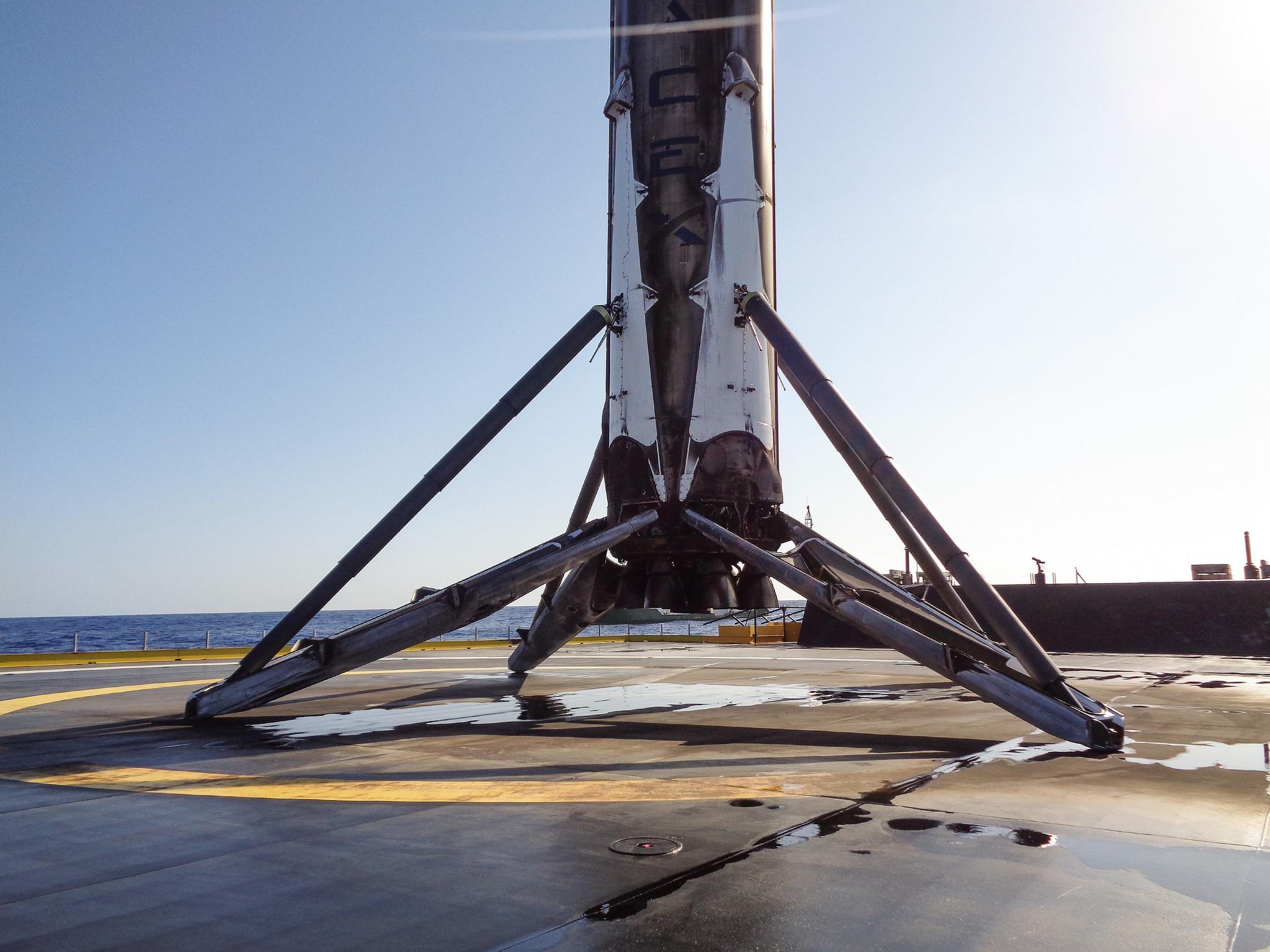 El cohete Falcon 9 sobre la plataforma marítima ubicada en el Océano Atlántico