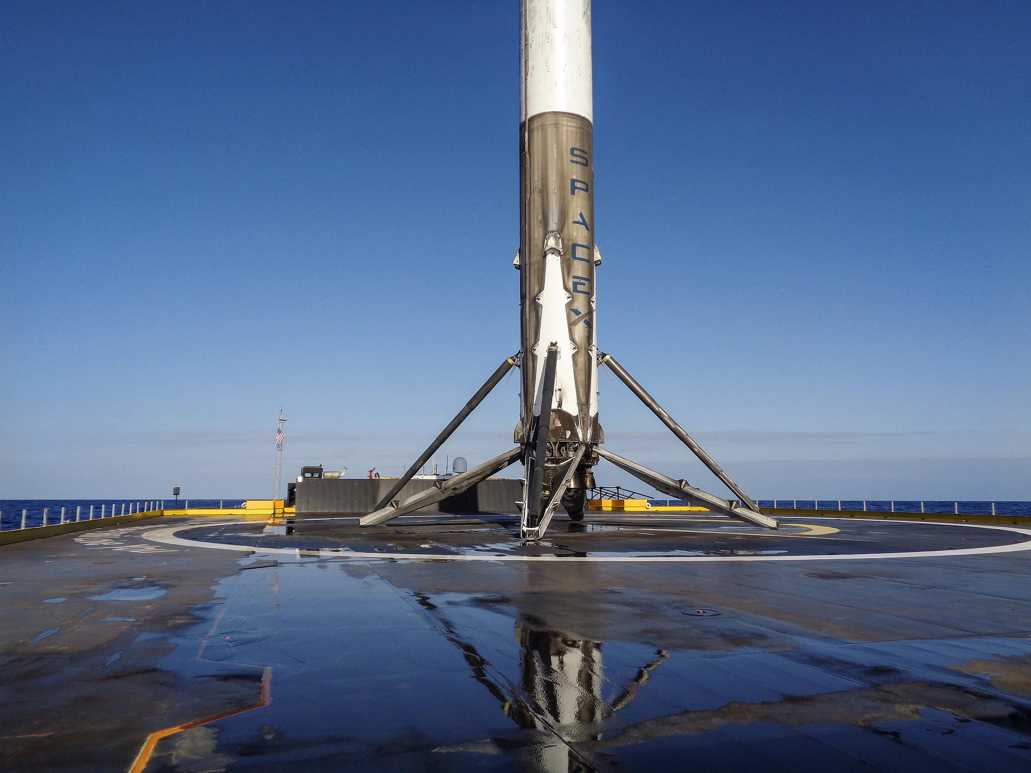 El Falcon 9 sobre la plataforma marítima en el Océano Atlántico