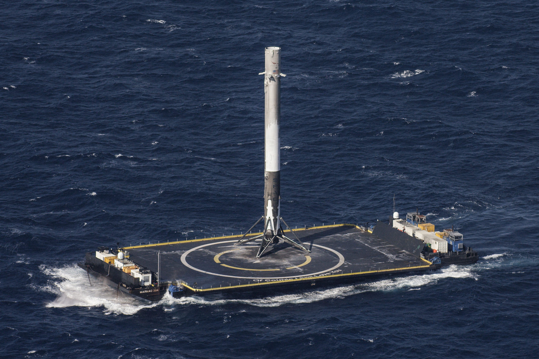 El Falcon 9 sobre la plataforma ubicada en el Océano Atlántico