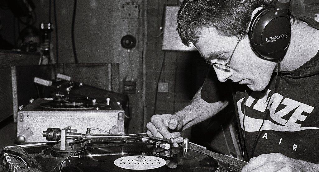 Una imagen de James Lavelle pinchando que se puede ver en el documental The man from Mo Wax