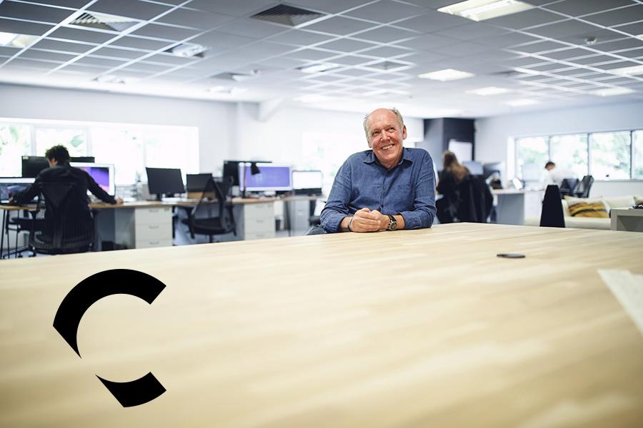 El disenador británico Ian Callum en su estudio de Warwick