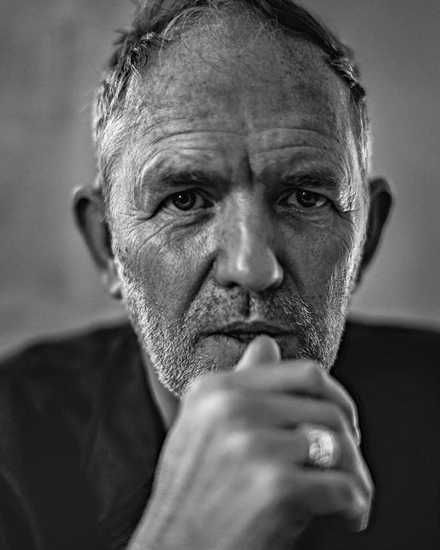 El retratador retratado, fotografía de Anton Corbijn tomada por el fotógrafo italiano Paolo Roversi para la revista L'Uomo-Vogue