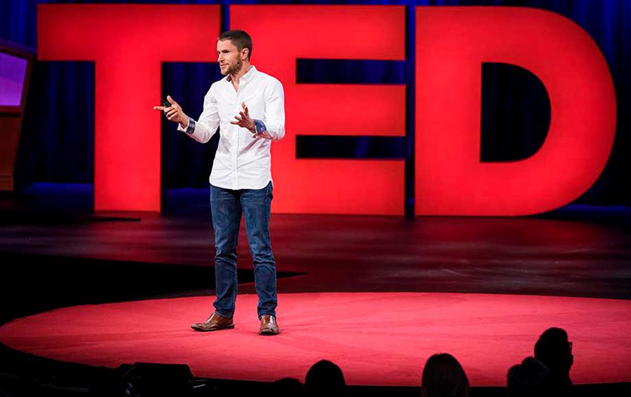 Richard Browning dando una conferencia TED